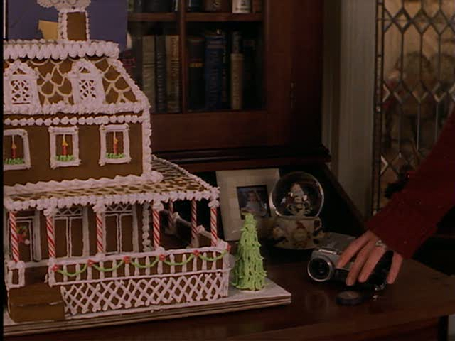 You only get a quick glimpse of it, but this seems to be a gingerbread house made to look like Jackie's!