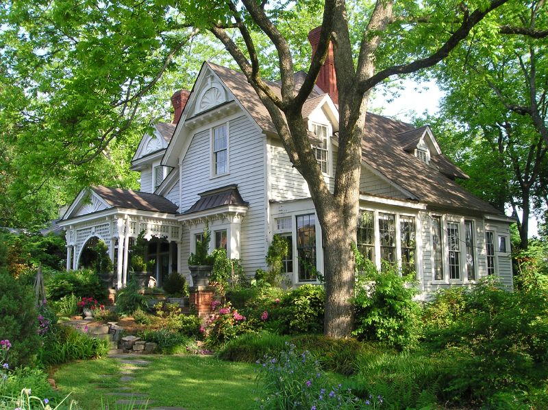 Hooked on old houses for Beautiful classic houses