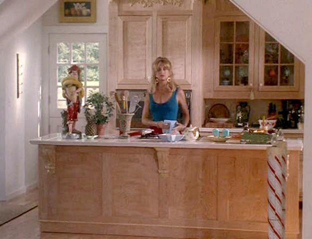 Goldie Hawn in Housesitter-kitchen