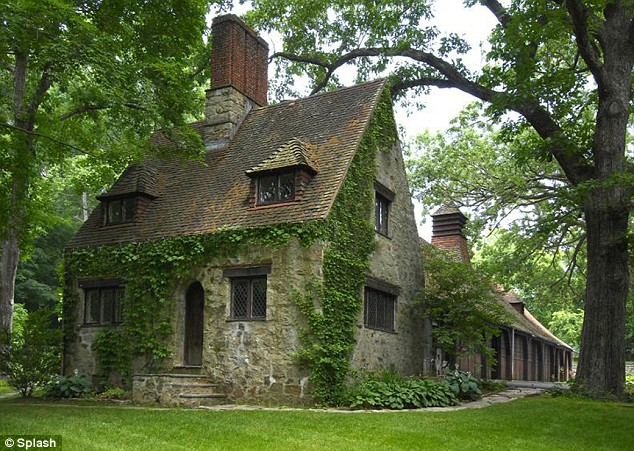 Mel gibson 39 s tudor style mansion in greenwich hooked on for Small tudor homes