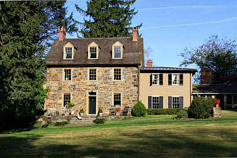 front exterior of the old stone farmhouse featured in Marley and Me movie