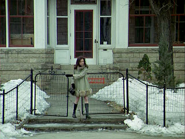 Mary Tyler Moore in front of Victorian house pilot