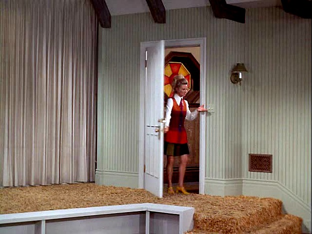 Phyllis enters Mary Richards' empty apartment pilot