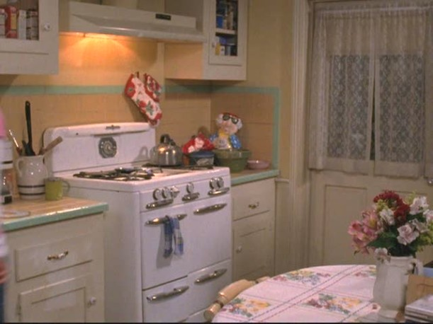 Lorelai\'s vintage stove in her kitchen