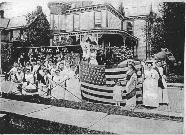 Victorian house in 1912-parade