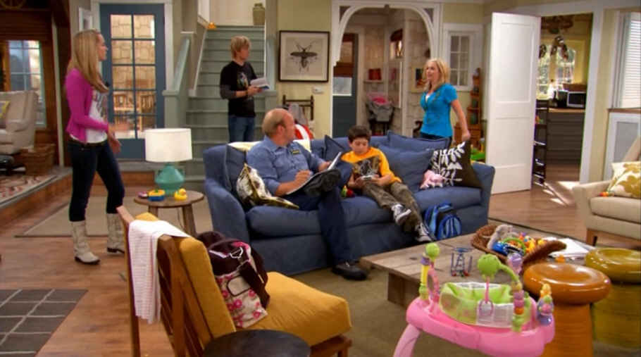 Good luck charlie living room 1 hooked on houses for Good luck home decor