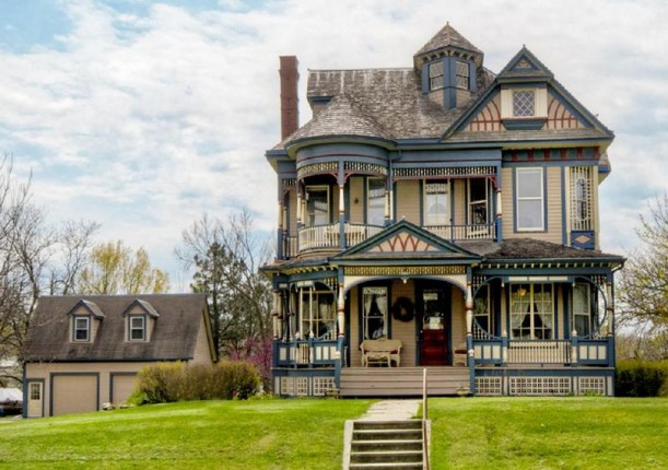 A colorful queen anne victorian for sale in iowa hooked for Classic builders iowa
