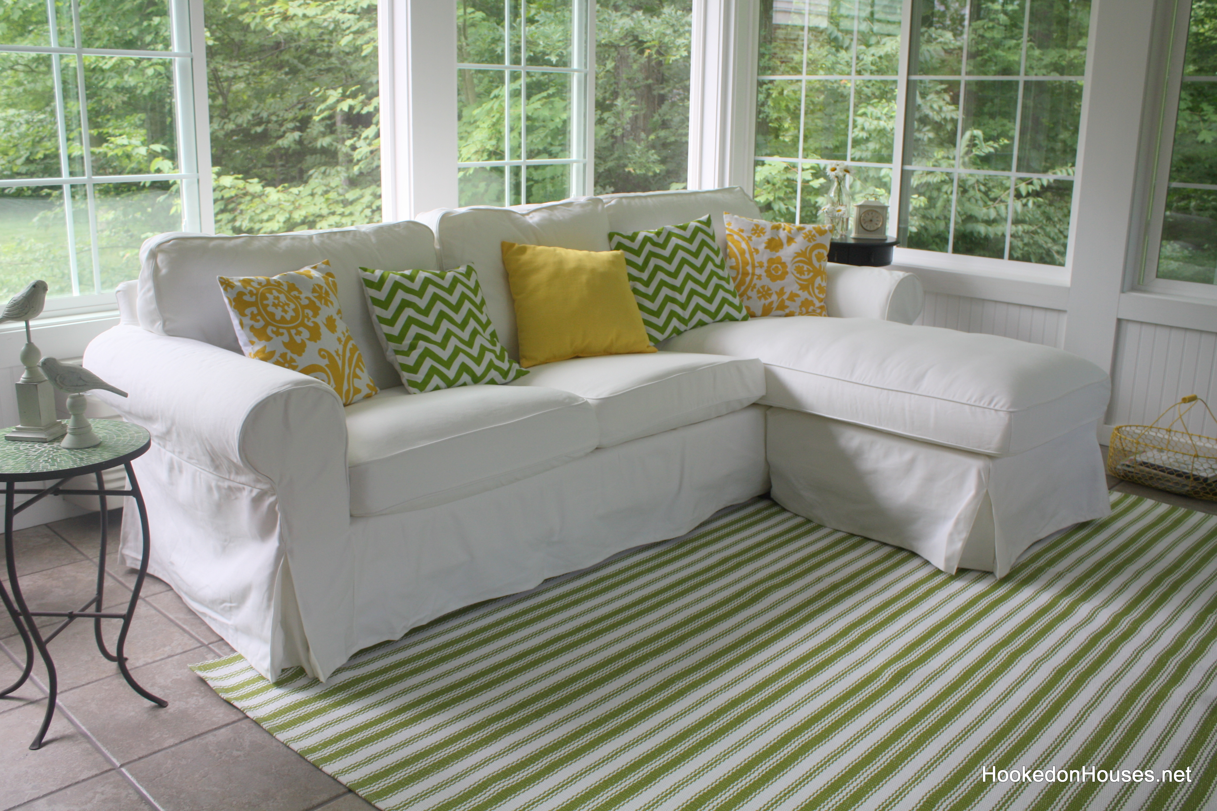 Sofa with rug 7 11 hooked on houses for Sofas clasicos y comodos