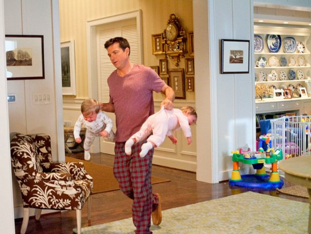 Jason Bateman carrying two babies in The Change Up movie