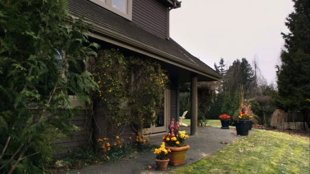 front exterior of Spencer\'s house on Pretty Little Liars