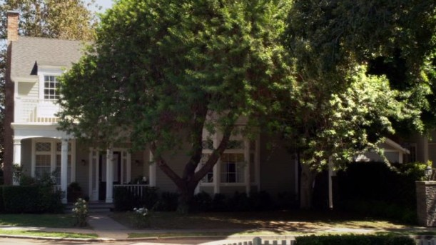 front exterior of Emily\'s house on Pretty Little Liars