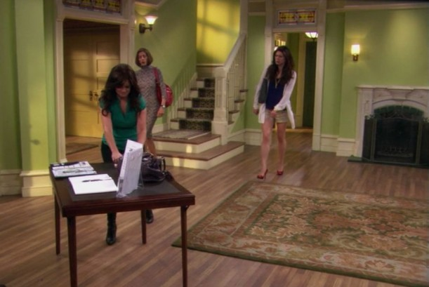 actors on the set of Hot in Cleveland