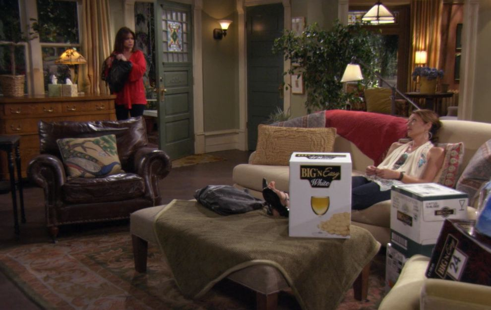 Hot in cleveland sets living room 3 hooked on houses for Living room 90s