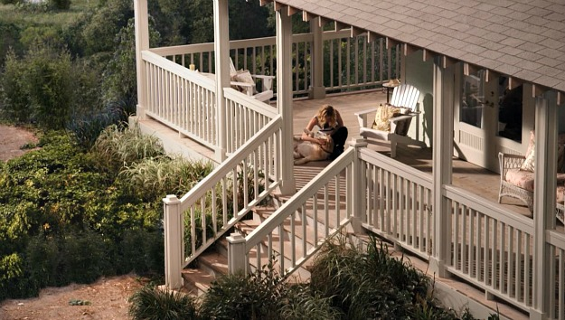 overhead view of Emily Thorne\'s porch on Revenge TV show