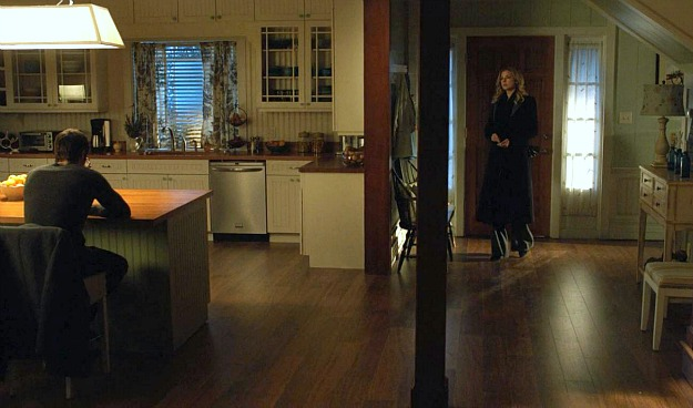 Emily thorne 39 s beach house in the hamptons on revenge for Front door enters into kitchen