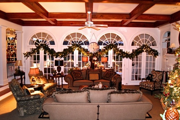 living room with windows like the one in Columbia Inn on White Christmas