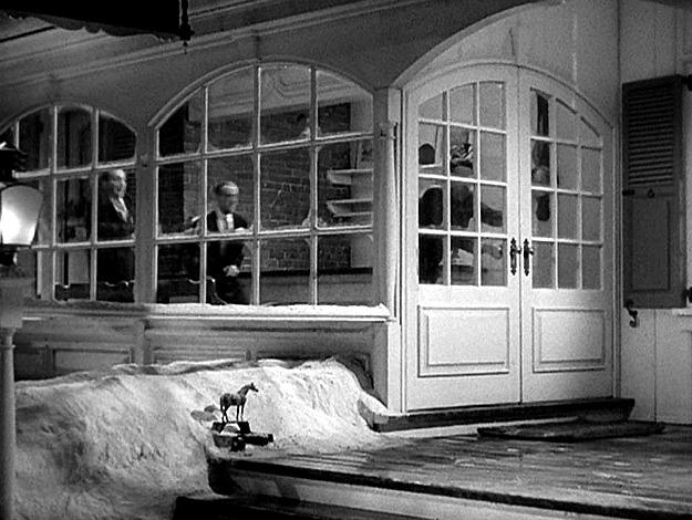 entry doors of Holiday Inn in movie