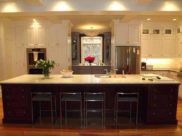 10 kitchens that aren 39 t white for Dark kitchen cabinets with light island