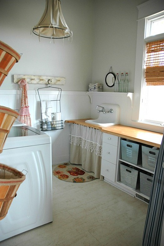 laundry room with skirted sink