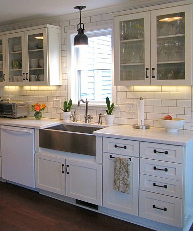 Joyce 39 s black white kitchen hooked on houses for Farmhouse style kitchen lighting