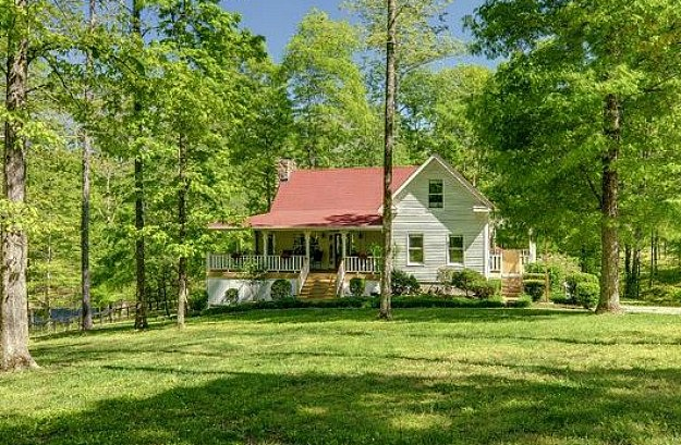 A farmhouse in leipers fork tennessee hooked on houses for Pictures of small farm houses