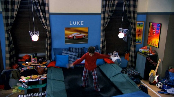 "Luke's Trampoline Bed on ""Jessie"" 