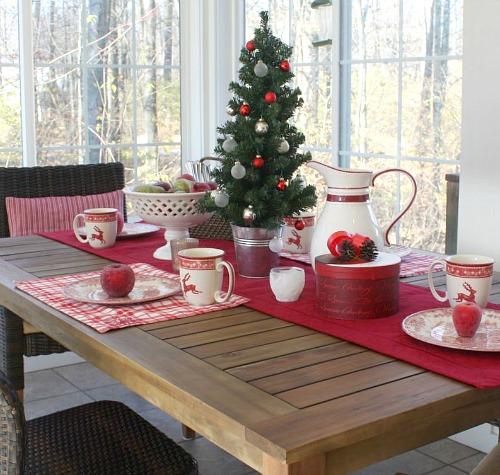 Sunroom decorated for Christmas | hookedonhouses.net