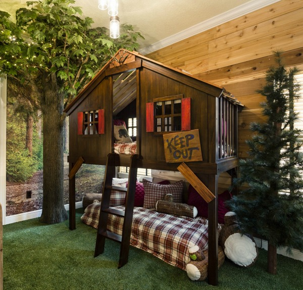 Decorating a vacation home with creatively themed rooms for Fort bedroom ideas
