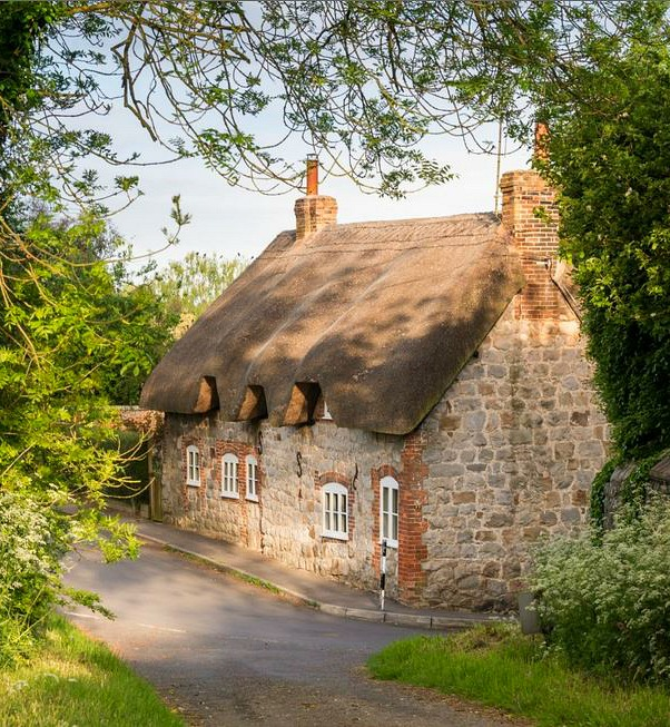 Faerie door cottage in wiltshire for Cottage anglais