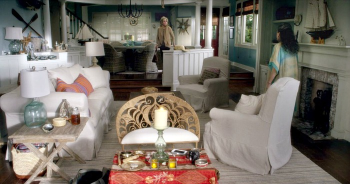 Grace and Frankie\'s living room with slipcovered sofa and chairs