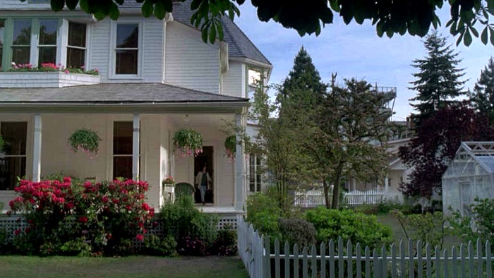 """The white house and greenhouse in the movie """"The Hand That Rocks the Cradle"""""""