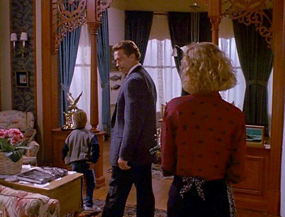 Arnold Schwarzenegger in Joyce\'s living room