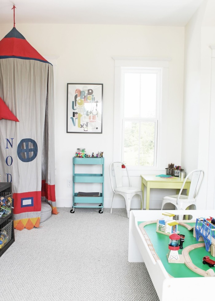 Boy\'s bedroom with play table and chairs