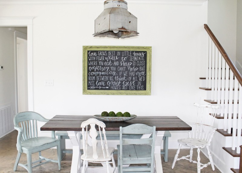 A dining room table and chairs in farmhouse