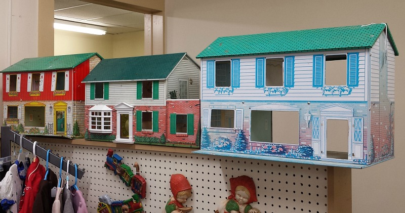 vintage tin dollhouses antique store - I Couldn't Resist This Vintage Colonial Dollhouse From The '40s
