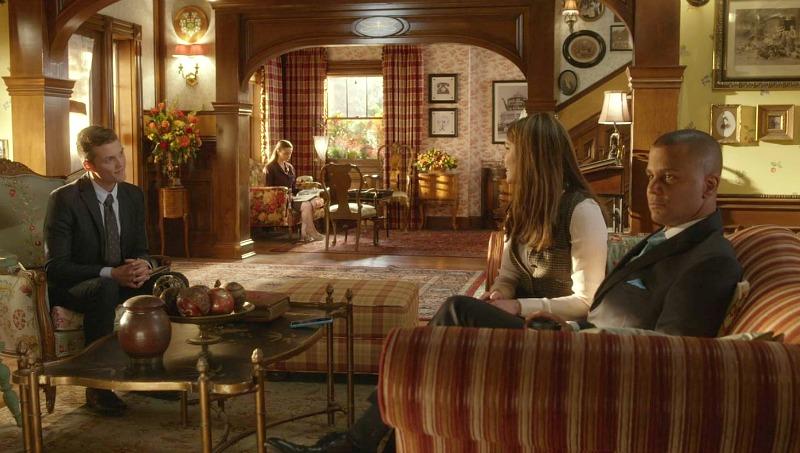 Lorelai sitting on the sofa in the Dragonfly Inn