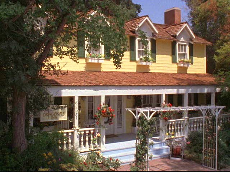 Exterior of Dragonfly Inn with front porch in Gilmore Girls