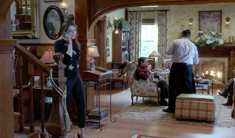 Lorelai talking on the phone in the entry hall of the Dragonfly Inn