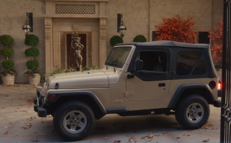 Lorelai\'s Jeep parked in the Gilmores\' driveway