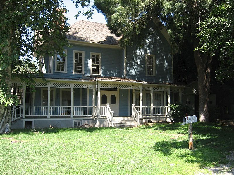 Front exterior of Lorelai and Rory\'s blue house with porch on Gilmore Girls