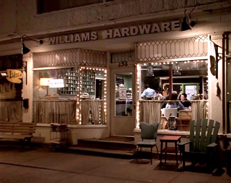 Exterior shot of Luke\'s Diner at night in Gilmore Girls pilot episode