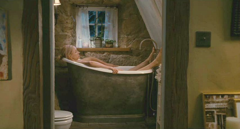 Cameron Diaz in small bathtub Holiday