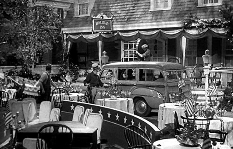 Holiday Inn 1942 exterior set 4th of July