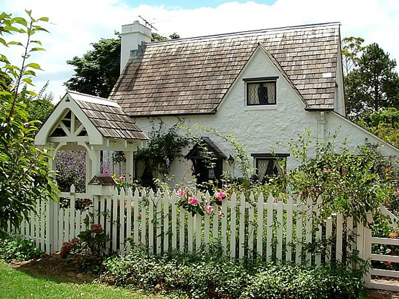 Fig Tree Cottage with white picket fence Queensland AU