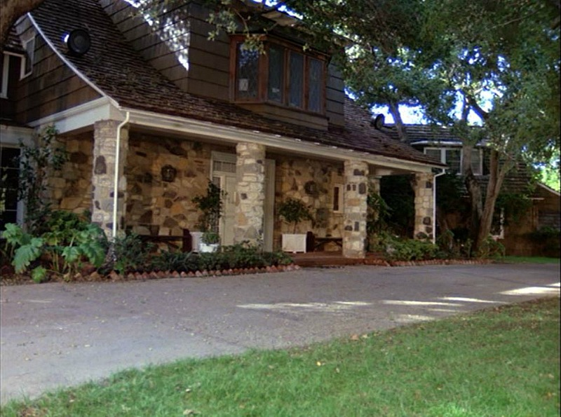 Celebrity Dining: exterior of Hart to Hart house in season 5