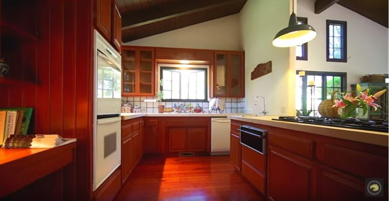Kitchen before remodel in Jeff Bridges\' house