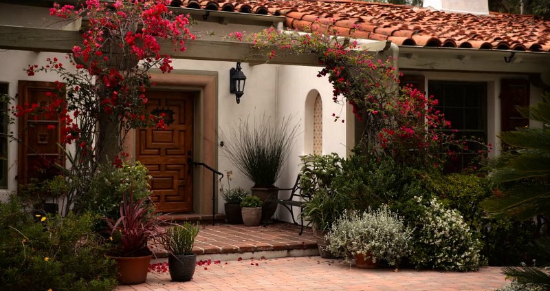https://hookedonhouses.net/wp-content/uploads/2020/02/exterior-of-Sol-and-Roberts-Spanish-Colonial.jpg