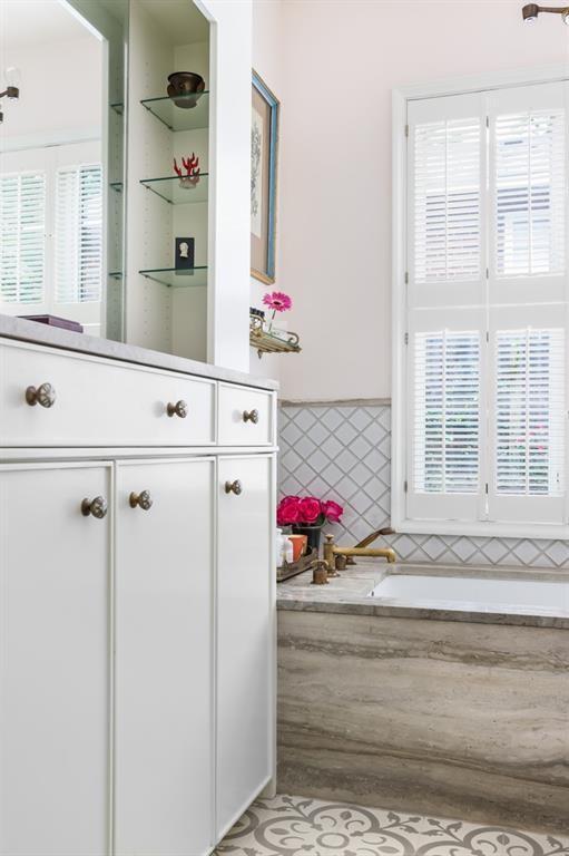 bathroom tub in bungalow