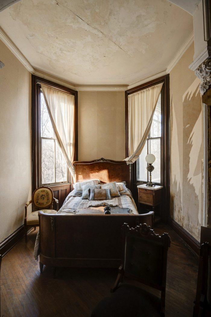 bedroom in Auburn Castle